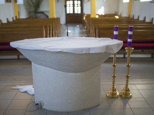 Oltár Kostola Povýšenia sv. Kríža v Duplíne.